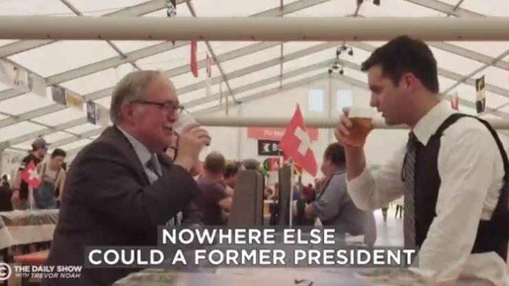 Samuel Schmid gönnt sich mit Reporter Michael Kosta ein Bier im Festzelt.