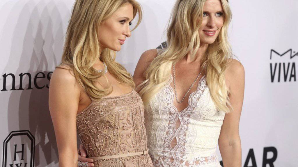 Nicky Hilton (rechts) - im Bild mit Schwester Paris -  feuert die Gerüchte um eine Schwangerschaft an (Archivbild)