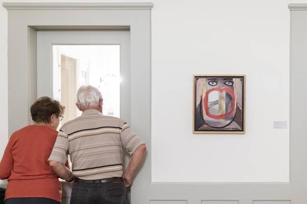 """Besucher mit dem Werk """"Gena"""", 2001, an der Vernissage zur Einzelausstellung von Margot Bergman, im Museum Langmatt Baden am 2. März 2019."""