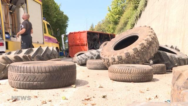 Wimmis: Lastwagen verliert Kontrolle in Linkskurve