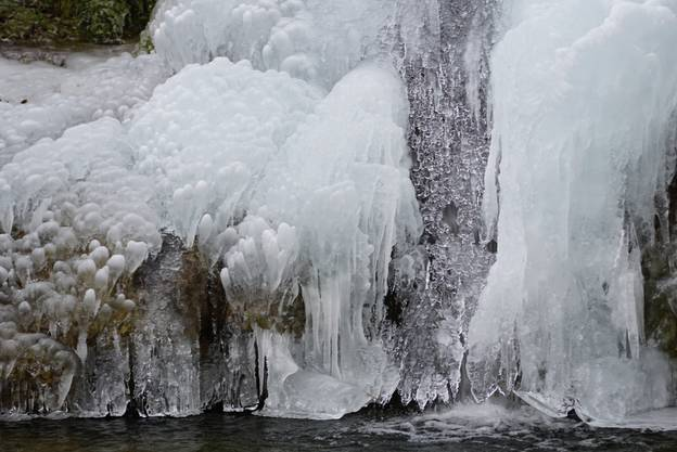 Gefrorener Wasserfall im Sagemülital bei Linn