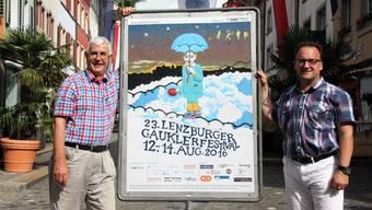 Die beiden Technikverantwortlichen Stefan Heusler und Marc Vollmar posieren vor einem Gauklerfestivalplakat in der Lenzburger Rathausgasse.