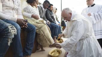 Papst Franziskus wäscht Flüchtlingen die Füsse