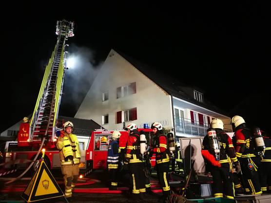 Schinznach AG, 7. Februar: In der Bäckerei Lehmann in Schinznach-Dorf ist kurz nach 2 Uhr ein Glimmbrand ausgebrochen, der einen Grosseinsatz Feuerwehreinsatz auslöste. Verletzt wurde niemand, der Schaden ist aber erheblich.