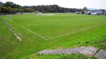 Das Hauptfeld im Vordergrund soll endlich eine Beleuchtung bekommen. Der Platz im Vordergrund muss wegen des Baus der Sporthalle verschoben werden, die Lichtmasten sind veraltet.