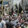 Palästinenser marschieren im Gzastreifen mit Fahnen und Plakaten bei einem Protest gegen die Annäherung zwischen Israel und den Vereinigten Arabischen Emiraten. Foto: Mohammed Talatene/dpa
