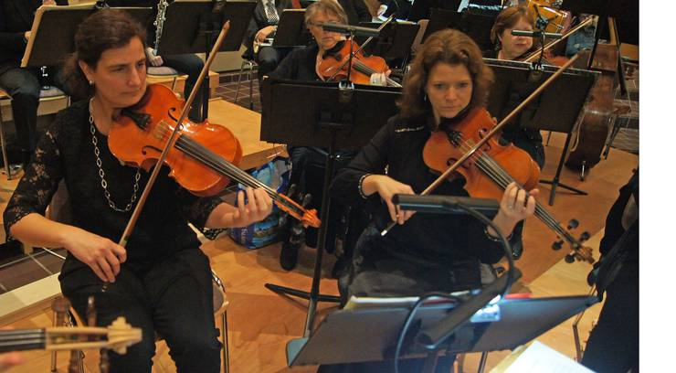 Im Vordergrund: Andrea Kessler und Stimmführerin Pascale Brem spielen Bratsche.
