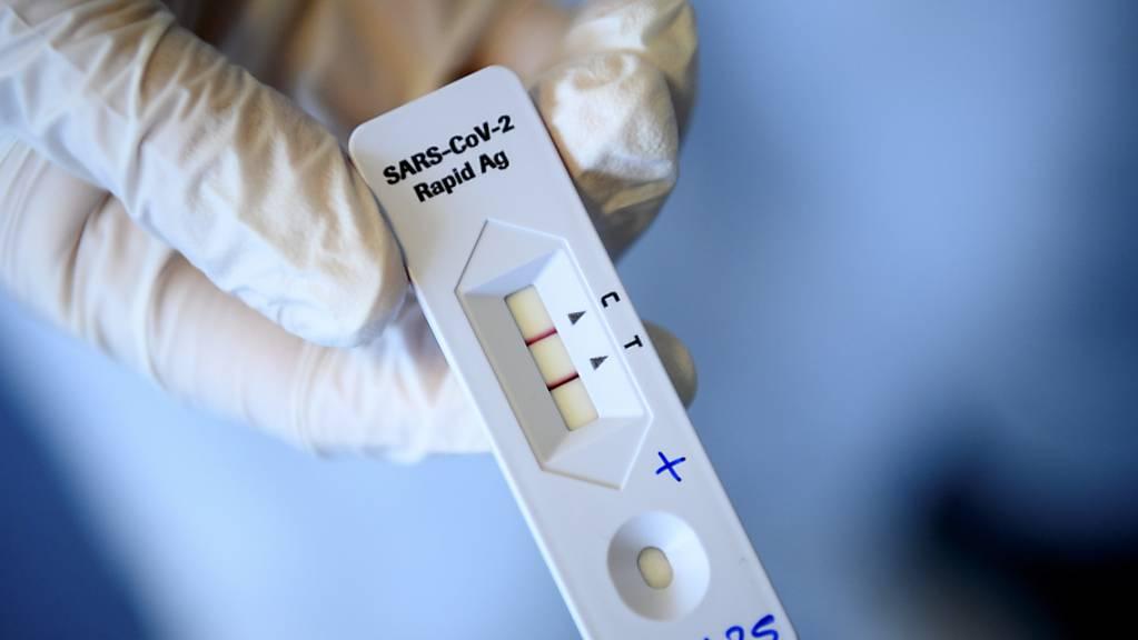 Die Diagnostiksparte von Roche hat in den vergangenen Monaten einerseits von einer anhaltenden Nachfrage nach Corona-Tests profitiert, anderseits aber auch von dem sich wieder normalisierenden Patienten- und Ärzteverhalten. (Archivbild)