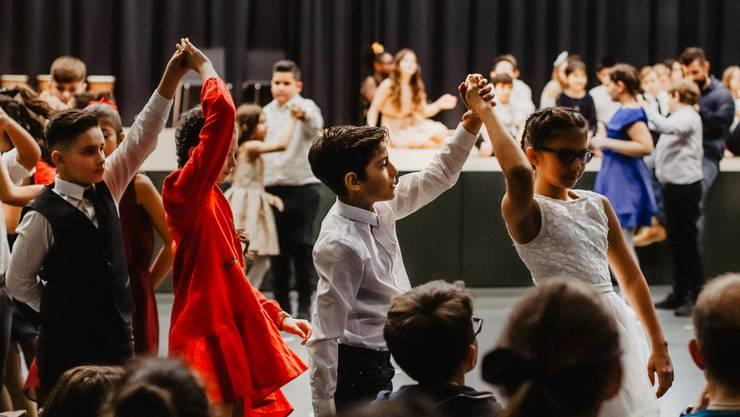 Im Rahmen von «Dancing Classrooms» erhielten zwei fünfte Klassen des Schulhauses Reitmen Tanzunterricht.