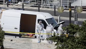 Auto rast in Marseille in Bushaltestellen