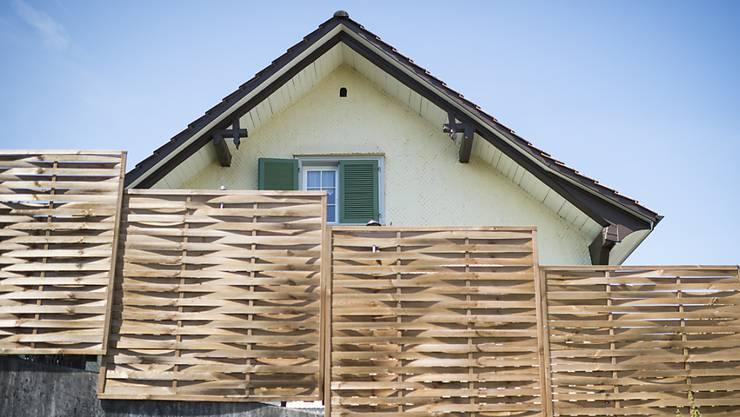 Blick auf das Haus, in welchem das tote Mädchen im August 2015 gefunden wurde. Die Eltern stehen nächste Woche in St. Gallen vor Gericht. Die Staatsanwaltschaft hat sie wegen vorsätzlicher Tötung angeklagt. (Archivbild)