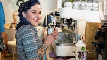 Hier passt ihr Stil perfekt: Einmal pro Woche arbeitet Mary als Barista im Aarauer Rockabilly-Café Luckymonkey.