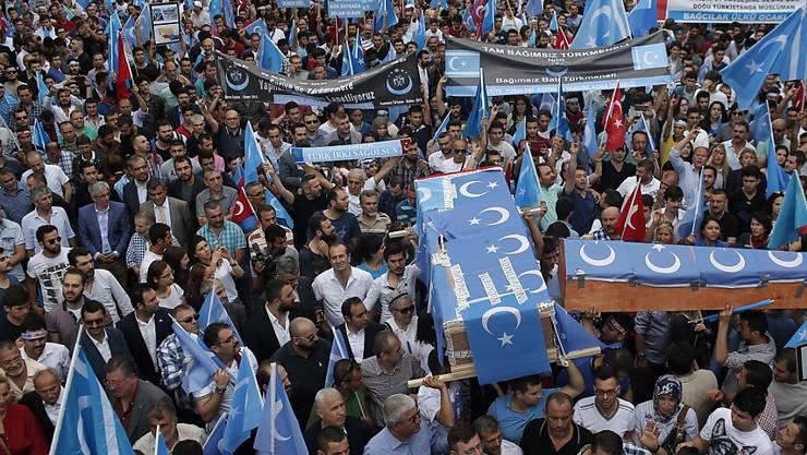 In Istanbul demonstrierten am Samstag Uiguren und ihre Unterstützer gegen die Behandlung ihrer Glaubensbrüder in China. Am Rande der Kundgebung kam es zu einem Angriff auf Touristen aus Korea - sie wurden für Chinesen gehalten.