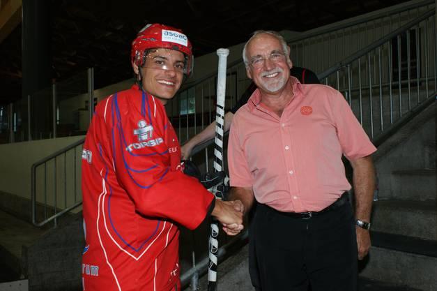 Handshake: Walter Ulrich begrüsst beim 1. Eistraining zur Saison 2012-13 den neuen Top-Verteidiger Dominic Lüthi.