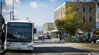 Der Lenzburger Bahnhofplatz soll ein neues Gesicht bekommen; Bäume, Rasenstreifen und die Parkplätze rechts verschwinden.