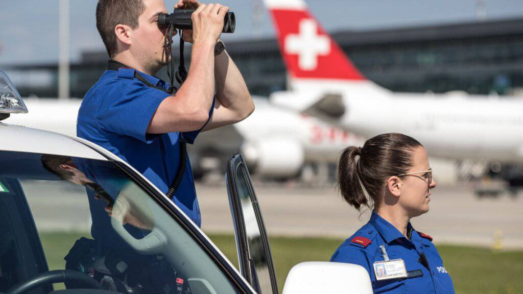 Die Kantonspolizei Zürich hat am Donnerstagvormittag im Flughafen Zürich einen Mann verhaftet, der Kokain in einem Rucksack mitgeführt hatte. (Archivbild)