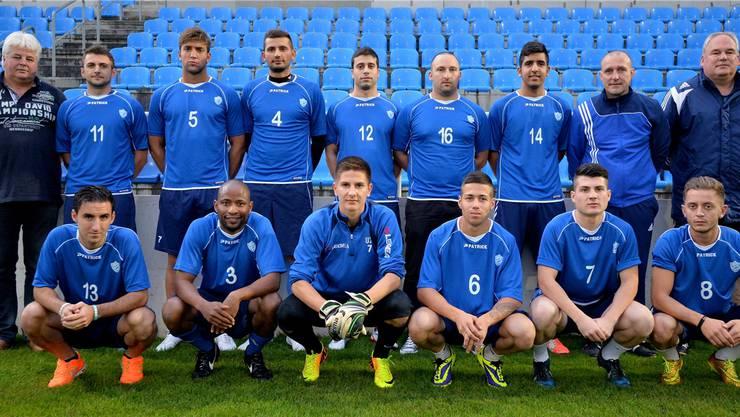 Die Neuen beim FC Grenchen (hinten v.l): Renato Brun (Sportchef), Preda Risticevic (Altético Baleares), Xhevahir Ramani (Dulliken/Langenthal), Dugagjin Dedaj (Köniz), Emre Kurt (Liestal), Gaetano La Rocca (reaktiviert), Mete Karabulut (Biberist), Patrick Bösch (Trainer), Roland Güggi (Assistent). Vorne (v.l.): Antonio Fortunato (Liestal), Mohamed Barry (Tavannes Tramelan), Diego Schaad (Lerchenfeld), Alain Frühauf (Deitingen), Enès Morina (Lyss), Liridon Alimi (reaktiviert). Es fehlen João Manoel Cabral (Brasilien) und zwei weitere Spieler aus dem Elsass.