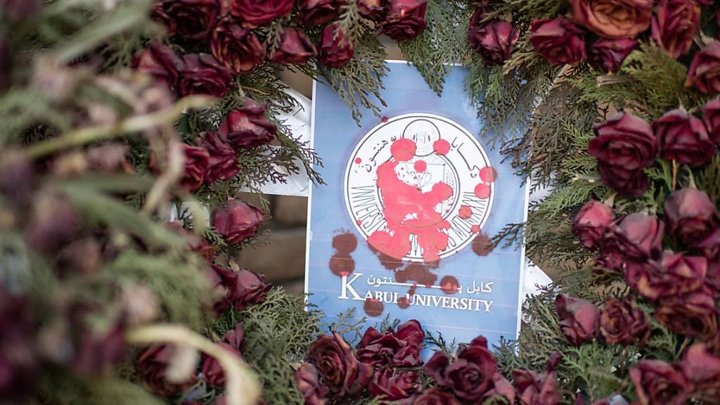 Ein Blumenkranz aus Rosen vor einem Gebäude der Kabuler Universität: Anfang November wurden hier 22 Studentinnen und Studenten bei einem Terroranschlag getötet. Foto: Arne Immanuel Bänsch/dpa