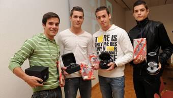 Weltmeister: Janick Kamber, Roman Buess, Robin Vecchi und Granit Xhaka (von links) werden vor ihrer ersten Schulstunde mit Uhr und Lebkuchen belohnt. (Bild: Juri Junkov)