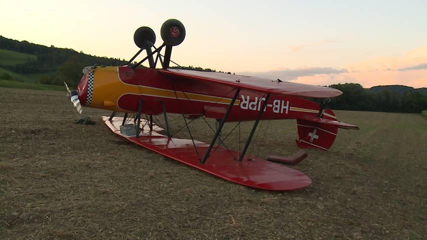 Pilot unverletzt: Doppeldecker muss notlanden und überschlägt sich