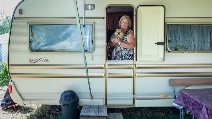 Maya Hauri und ihr neuer Hund Kitty. Im Sommer wohnen sie im Wohnwagen, im Winter in einer Wohnung in Aarau.