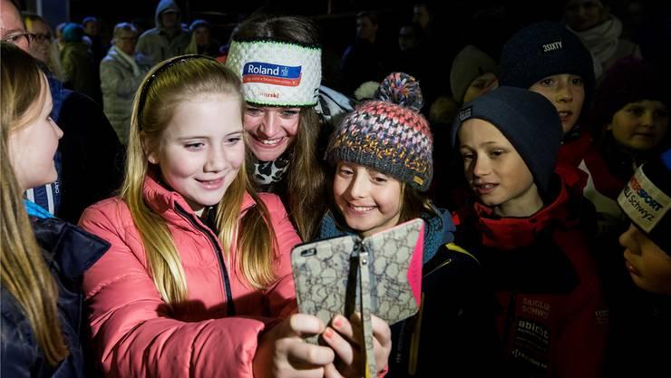 Im Mittelpunkt des Interesses: Junge Fans machen ein Selfie mit WM-Medaillengewinnerin Corinne Suter.