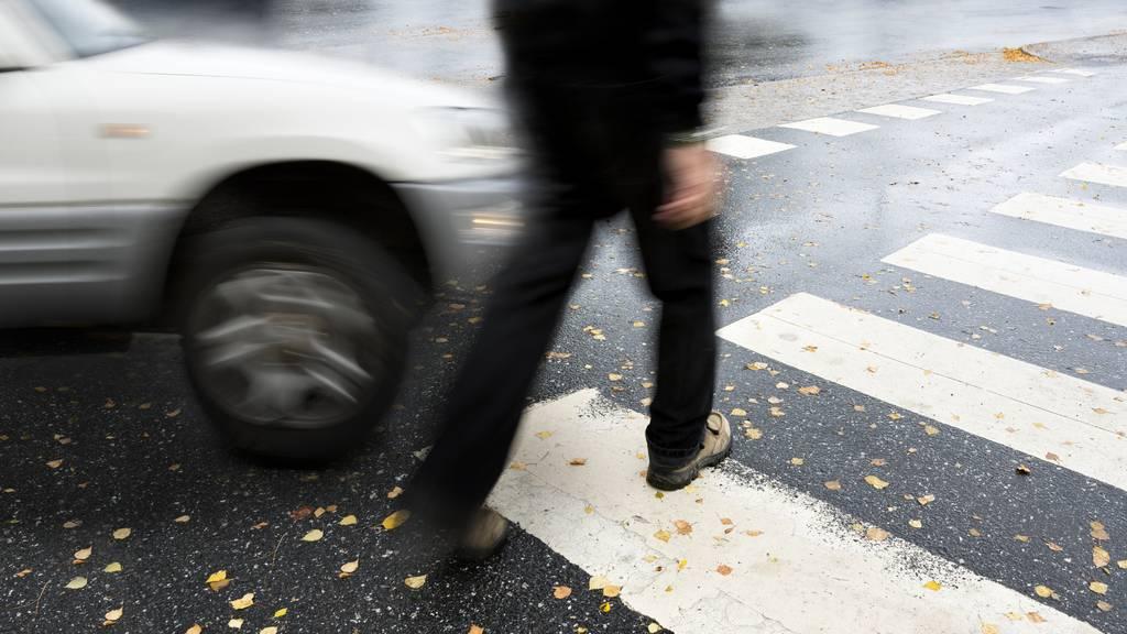 Autofahrer fährt 84-Jährige an und flüchtet