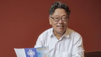 «Ich hatte lange Zeit Mühe, zu meiner Identität zu finden» – Tashi Tsering vor klösterlichem Rot.