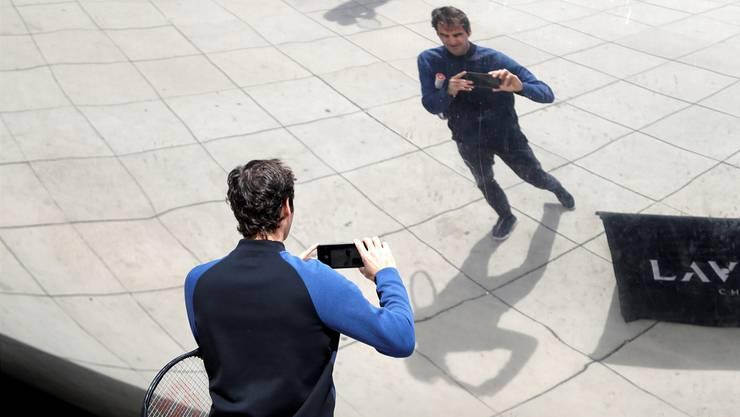 Mit dem Handy dokumentiert Federer die Stippvisite in Chicago für seine Fans.
