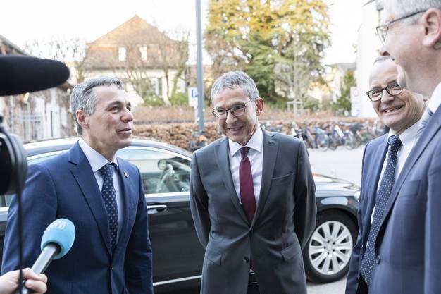 Bundesrat Ignazio Cassis wird von Urs Hofmann und Hanspeter Hilfiker begrüsst, bei den Aarauer Demokratietagen, am 28. März 2019 im Kultur & Kongresshaus Aarau.