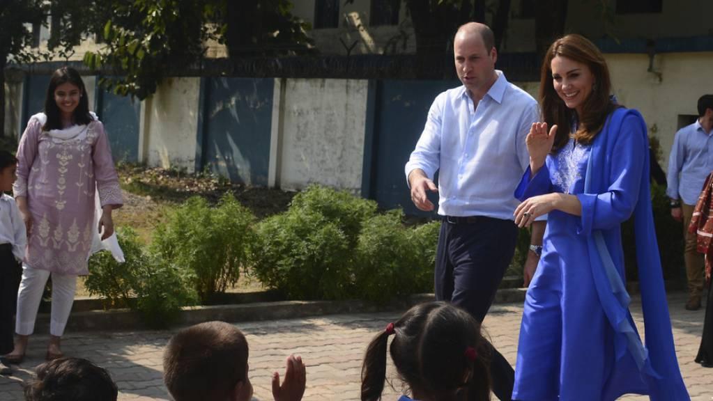 Prinz William und seine Frau Kate haben am ersten Tag ihrer Reise nach Pakistan eine Schule nahe der Hauptstadt Islamabad besucht, nachdem ihnen Premierminister Imran Khan einen herrschaftlichen Empfang bereitet hatte.