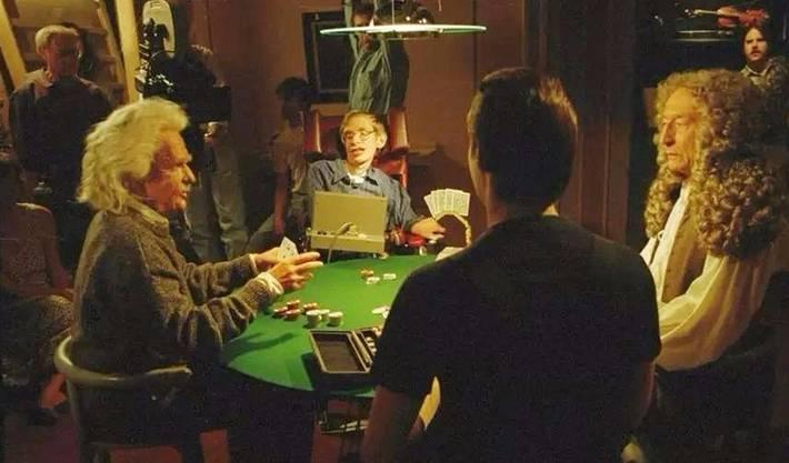 Hawking ist bislang die einzige Person, die sich bei «Star Trek» je selbst gespielt hat. In einer Szene, die 1993 gedreht wurde, spielt er Poker mit Albert Einstein, Isaac Newton und Lieutenant Commander Data – die angeblich klügsten Köpfe der Menschheitsgeschichte.