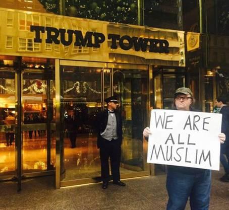 Filmemacher Michael Moore protestiert gegen Donald Trump.