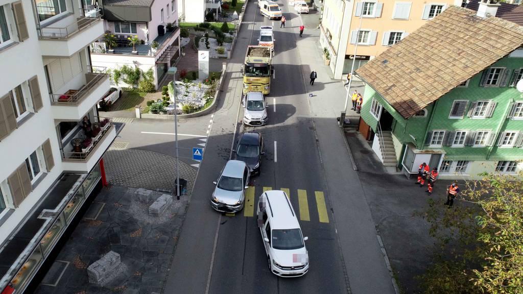 Ein Lastwagen fuhr in eine stehende Autokolonne.