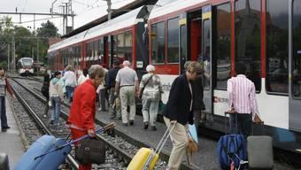 Umsteigen: Auf der Berner Seite des Brünigpasses verkehrten am Montag Ersatzbusse, weil ein Felsblock auf das Gleis der Brünigbahn gestürzt war. (Archivbild)