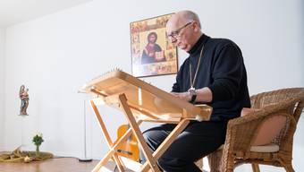 Marian Eleganti hat ein Zimmer seiner Wohnung in Dietikon in eine «Kapelle» umfunktioniert. Hier musiziert der Jugendbischof auch.