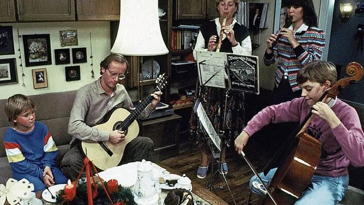 Folge 1: «Herzlich willkommen» hiess die allererste Folge der «Lindenstrasse». Sie wurde am 8. Dezember 1985 ausgestrahlt. Familie Beimer bei vorweihnachtlicher Hausmusik.