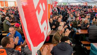 3000 Bauarbeiter haben sich in Bellizona versammelt, um gegen Rentenkürzungen und eine Erhöhung des Rentenalters zu protestieren sowie Massnahmen gegen Lohndumping und für einen besseren Schutz bei Schlechtwetter zu fordern.