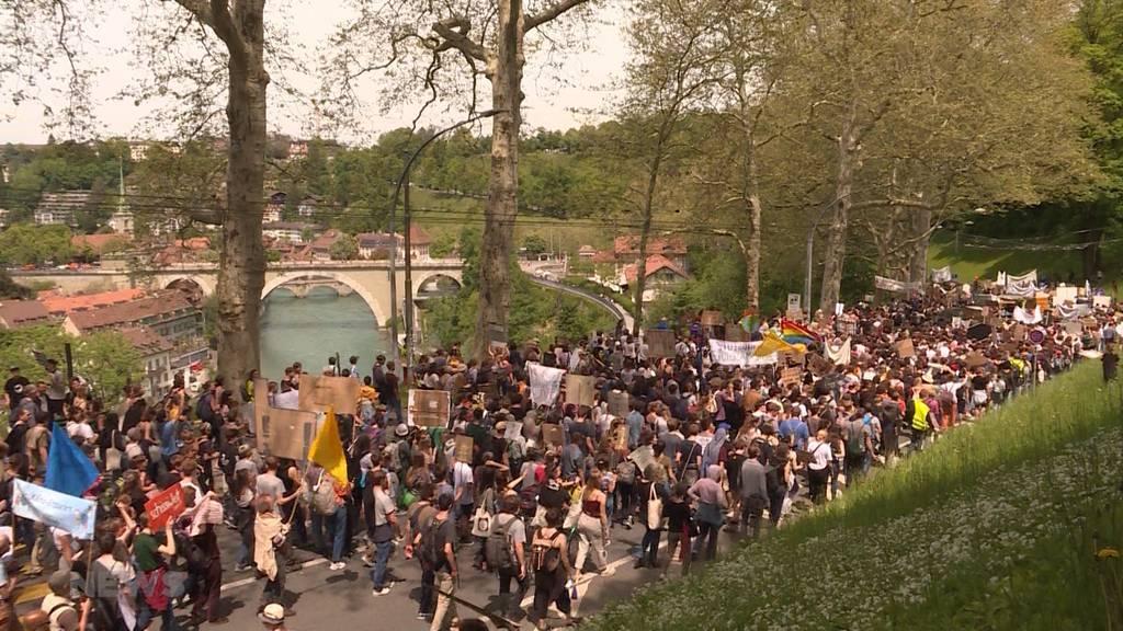 2'500 Menschen demonstrieren auf Berner Strassen erneut für den Klimaschutz