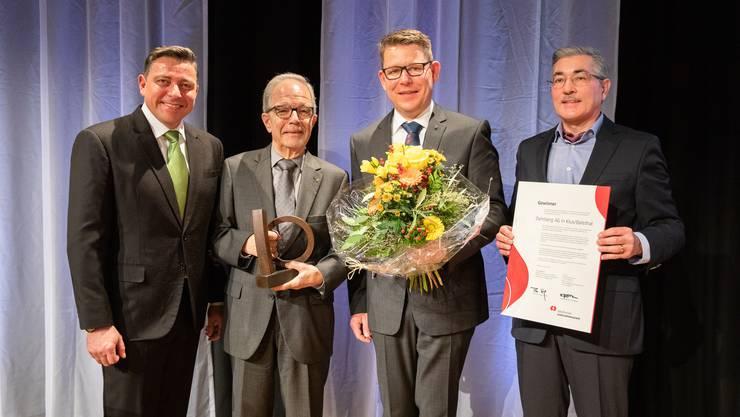 Grosse Ehre für Leo Belser (2. v. r.) und Ralf Weidkuhn (1. v. r.) von der Balsthaler Dyhrberg AG: Sie nahmen im Landhaus den Solothurner Unternehmerpreis entgegen.