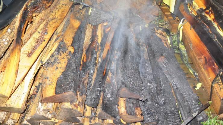 Der brennende Holzstapel.