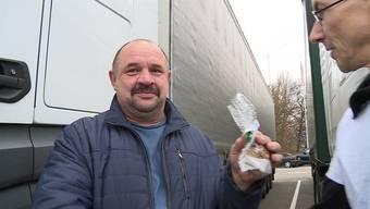 Wegen dem LKW-Fahrverbot über die Feiertage, stecken viele ausländische Chauffeure auf Schweizer Raststätten fest. World of Trucks möchte ihnen diese Zeit ein wenig versüssen.
