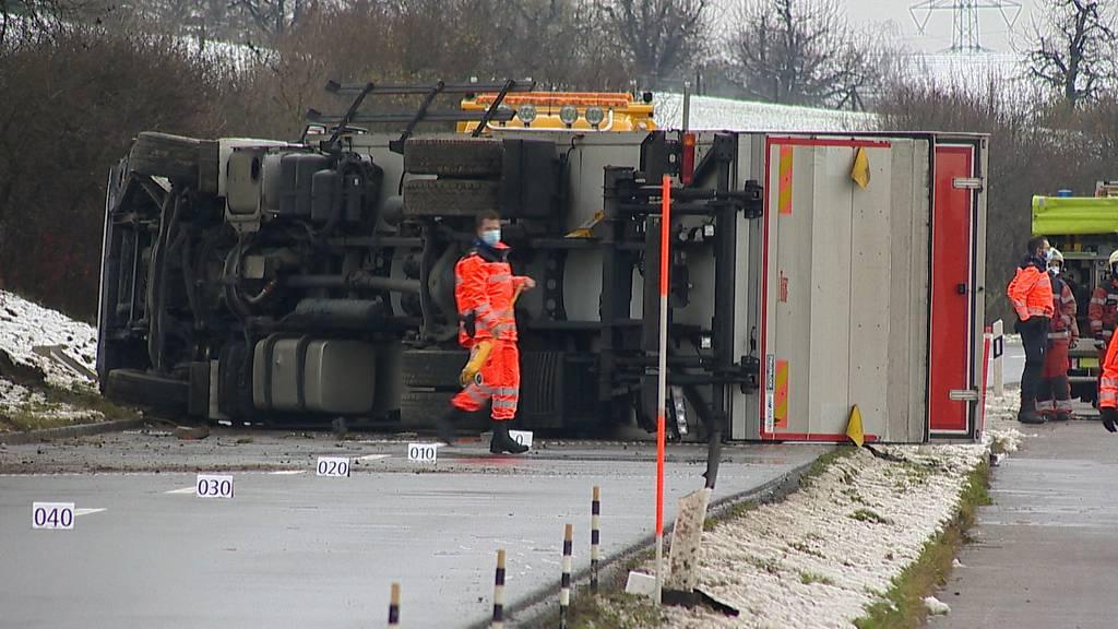 Watt (ZH): LKW-Fahrer bei Unfall verletzt