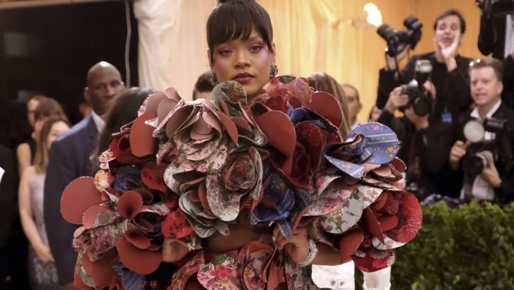Sängerin Rihanna macht dem New Yorker Metropolitan Museum ihre Aufwartung in ausgefallener Tracht.