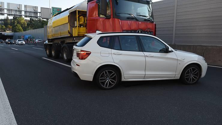 50 Meter vor sich her geschoben hat dieser Lastwagen das Auto bei einem Unfall auf der A2.