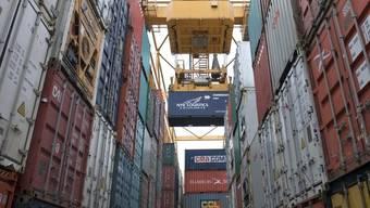 Der Export wird laut SECO wegen des starken Frankens weiter geschwächt (Bild: Container in Basel, Archiv)