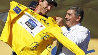 Fabian Cancellara trug das Maillot jaune an 29 Tagen und damit so oft wie sonst kein Schweizer. Hier bekommt er es im Jahr 2010 in Brüssel vom Belgier Eddy Merckx überreicht. Der fünffache Tour-de-France-Sieger fuhr zwischen 1969 und 1975 an insgesamt 96 Tagen in Gelb - Rekord