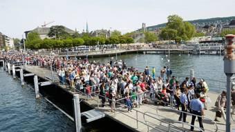 Riesenandrang auf den Stegen am Zürichsee: Das Gratisangebot des Zürcher Verkehrsverbunds (ZVV) lockte am Sonntag so viele Gäste wie noch nie auf die Schiffe