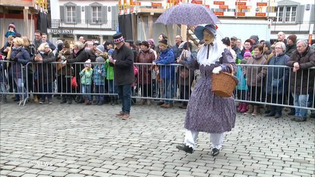 Rund 60 Leute nüsseln in Schwyz
