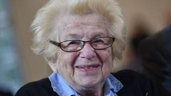 Die Sexualtherapeutin Ruth Westheimer wird morgen 90. Vermutlich zieht sie dann mit Freunden um die Häuser. Denn jeden Abend ausgehen erhalte jung, sagt sie. (Archivbild)